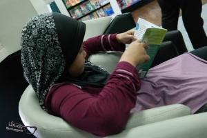 vivi membaca buku
